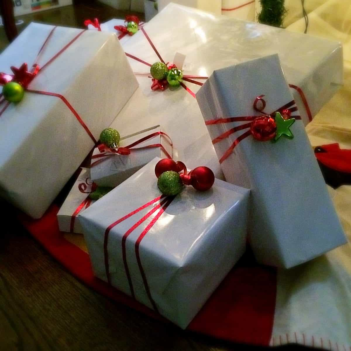 Easy Christmas Gift Wrap. Simple wrapping paper idea that is inexpensive..