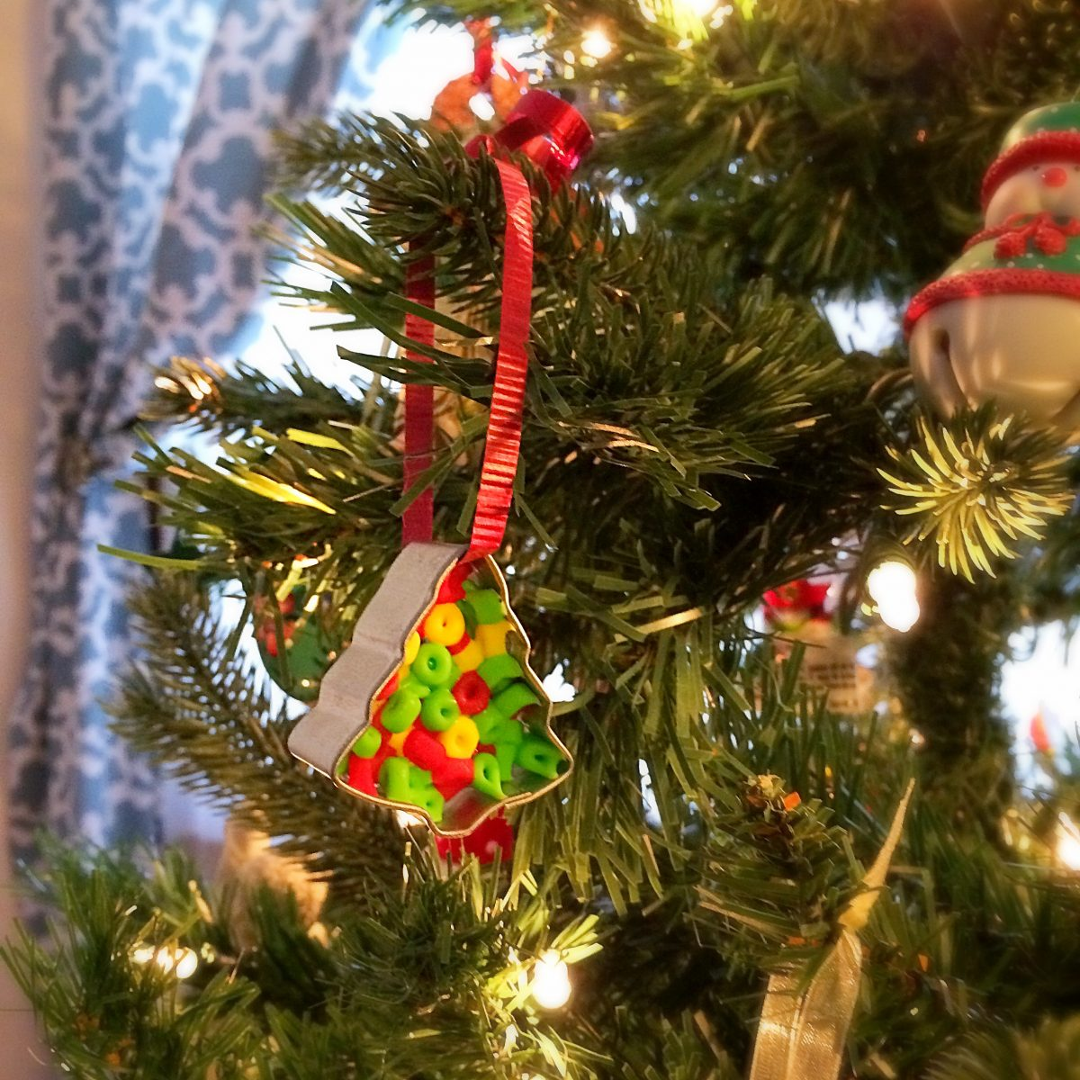 Toddler Christmas Ornament. A fun gift for your child to craft and give at Christmas.