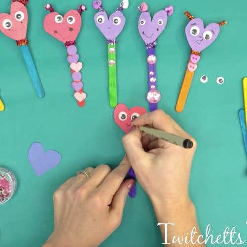 Break out your construction paper and create these amazing paper heart puppets!  These make an amazing Valentine's Day invitation to create.