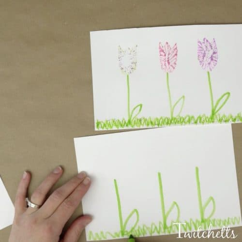 This mess-free glitter flower shimmers and sparkles like most glitter craft ideas...but without the crazy glitter cleanup! Check out this amazing spring art project for kids and see how easy they are to create.