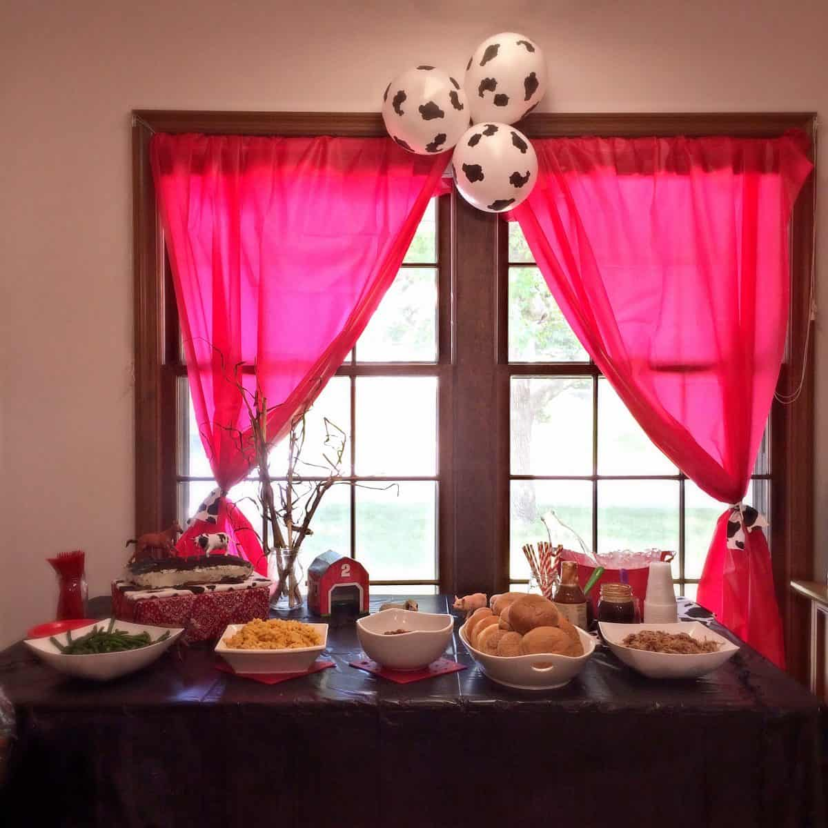 Farm Animal Birthday Party. Decoration ideas, farm food, activity, and fun drinks! Food Table