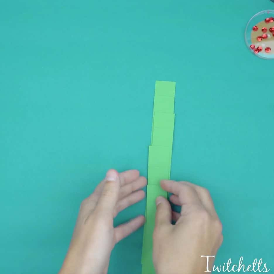 A fun 3D paper Christmas tree that is perfect for preschoolers and kindergarteners. This fun Christmas tree is a great construction paper craft that you can create with your kids. So grab some Christmas colored paper scraps and let's create this fun Christmas 3D tree!